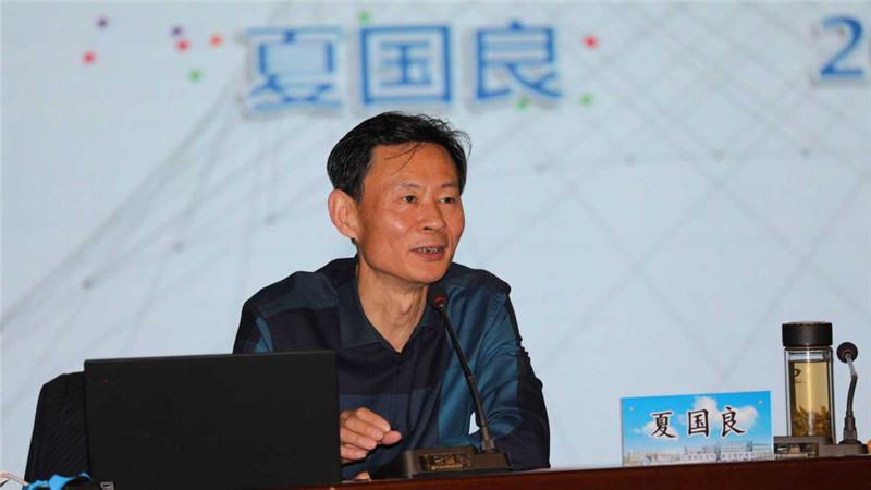 萧山区教育局副局长夏国良正在讲课.jpg
