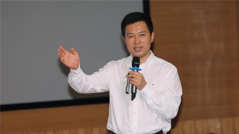 高桥小学校长李国芳正在讲课.jpg